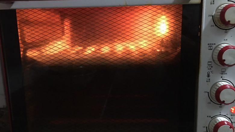 蜂蜜小面包,上下火190度20分钟。