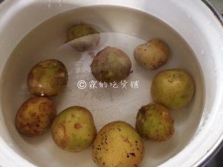 香香的黄油煎滴椒盐小土豆,小土豆煮熟。