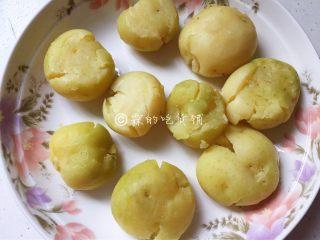 香香的黄油煎滴椒盐小土豆,随后稍稍压一压,以便能更入味。