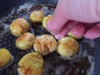 香香的黄油煎滴椒盐小土豆,另一面也撒上丢丢滴椒盐粉。
