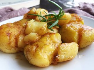 香香的黄油煎滴椒盐小土豆,两面都变金黄,就可以出锅了。
