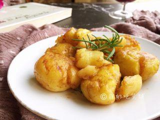 香香的黄油煎滴椒盐小土豆,完成。