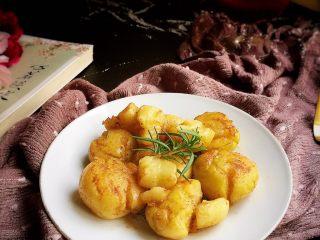 香香的黄油煎滴椒盐小土豆,趁热吃,可香啦!