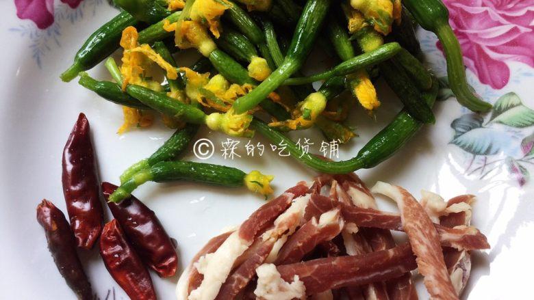 爆炒黄瓜苗火腿丝,干辣椒也冲洗一下,材料就准备好了。