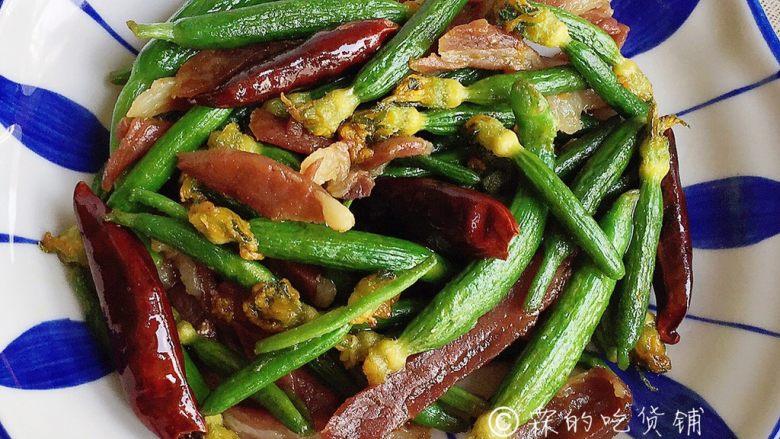爆炒黄瓜苗火腿丝,翻炒均匀后就可以出锅了。