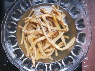 莜面窝窝(莜面栲栳栳),开始做配食得汤菜。(菜可以选自己喜欢吃的,我是家里有啥就做了啥。)干黄花菜提前泡软。