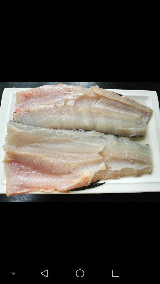 酸菜鱼,将将鱼肉从尾部整片片下来