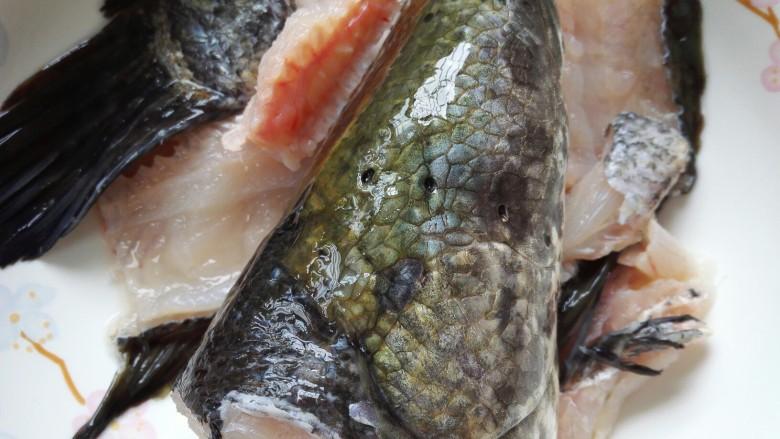 酸菜鱼,鱼骨切成段和鱼头一起洗净备用