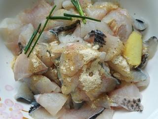 酸菜鱼,放入料包里的腌鱼料包腌制鱼
