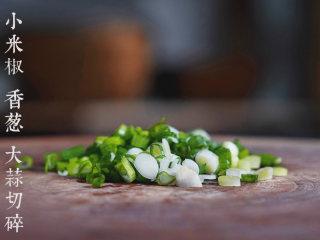 凉拌金针菇,小米椒、香葱、大蒜切碎备用。