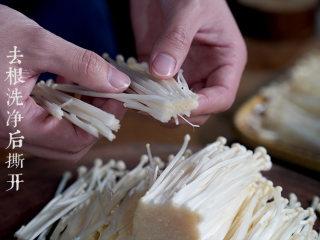 凉拌金针菇,金针菇切去根部洗净后撕开。
