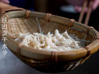 凉拌金针菇,捞出金针菇,沥干水分,装入盘中。