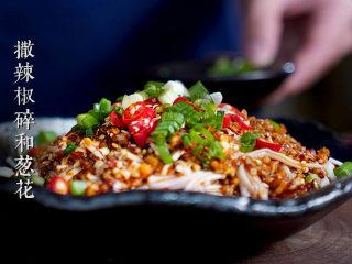 凉拌金针菇,撒上辣椒碎和香葱碎。