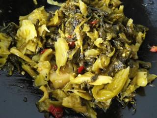 酸菜鱼,锅内放油烧热将酸菜放入锅内翻炒