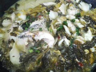 酸菜鱼,鱼片焯熟撒上适量葱花即可出锅
