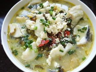 酸菜鱼,盛出装入容器上面放上蒜末、葱花、白芝麻,辣椒酱