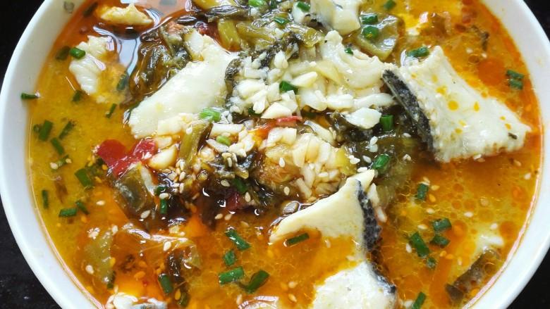 酸菜鱼,用烧熟的热油浇在汤碗中