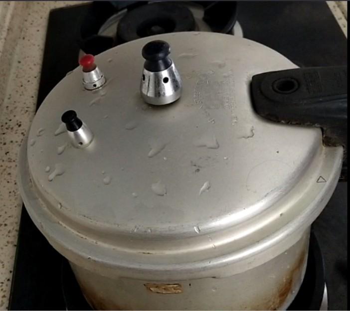 香卤鸡爪,盖上锅盖,开火煮至上气,压3-5分钟即可关火