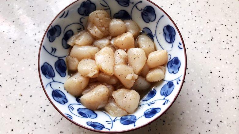 蚝油双菇仙贝丁,抓均匀,腌制备用