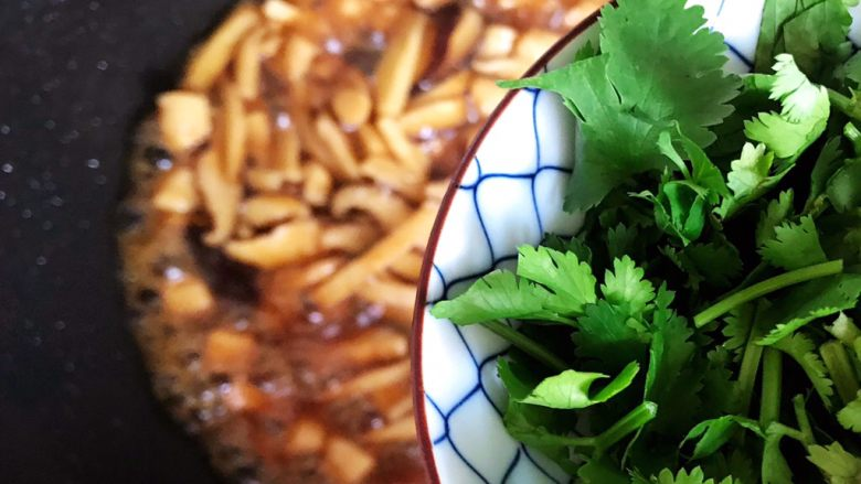 蚝油双菇仙贝丁,加入香菜,翻炒均匀即可