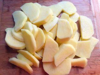 香辣土豆,<a style='color:red;display:inline-block;' href='/shicai/ 23/'>土豆</a>削掉外皮,清洗干净切成块,不要太,0.6厘米左右就可以。