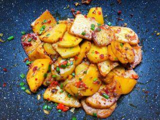 香辣土豆,放入葱花翻炒均匀,即可出锅。