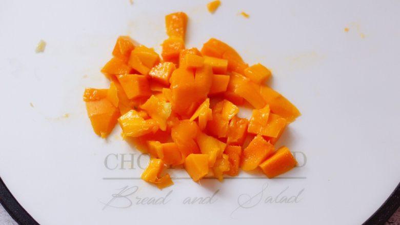 芒果苹果奶昔,再用水果刀把果肉片下来。