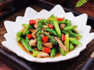 芦笋炒肉,好吃又营养的芦笋炒肉就出锅咯,绝对的下饭菜。