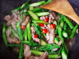 芦笋炒肉,大火翻炒至所有的食材和调料混合均匀后,加入小米辣。