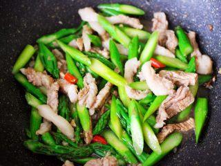 芦笋炒肉,大火翻炒均匀即可关火。