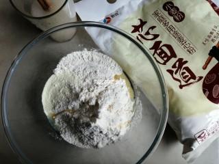 漩涡馒头卷,糖和酵母溶于温水里,面粉、奶粉、油倒入和面盆里