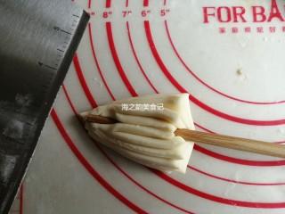 漩涡馒头卷,用筷子在中间使劲压一下,但不要压断面皮