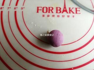 漩涡馒头卷,取出8克左右的白面团,加入少量紫薯粉,使劲揉一会儿,把紫薯粉揉入面团里,成为紫色面团,盖上保鲜膜备用