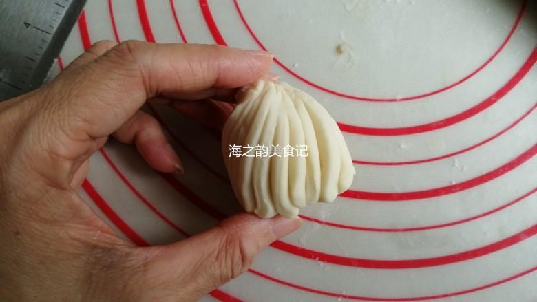 漩涡馒头卷,然后把筷子抽出来,右手捏出顶端,左手抓住下端顺时针旋转起来,顶端尖出来的部分捏掉