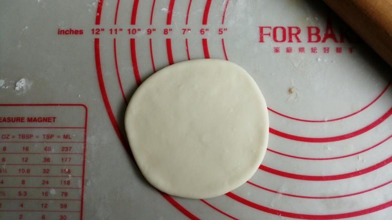 漩涡馒头卷,把小面团擀成直径差不多是10厘米的圆形面皮,用切面刀把它切成8等份