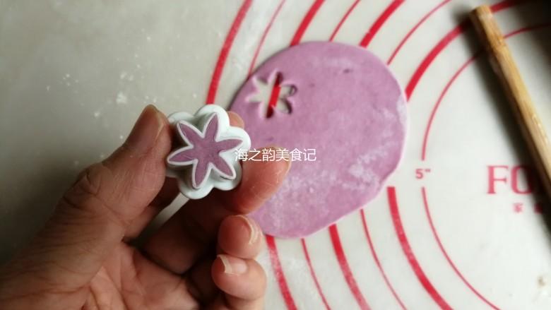 漩涡馒头卷,紫色小面团用擀面棍擀成薄面皮,用花型模具压出8朵小花,没有的话,也可以用其他形状的模具代替