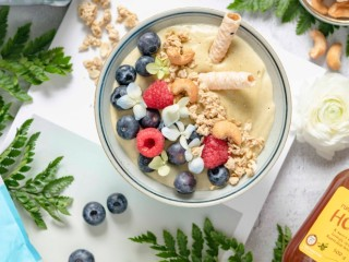 春季谷物牛果水果奶昔