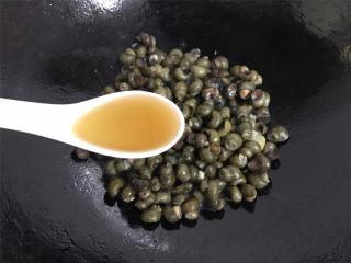 酱爆香辣螺蛳,翻炒均匀后,加入料酒翻炒均匀。