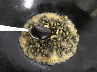 酱爆香辣螺蛳,再加入1勺蚝油,一起翻炒均匀。