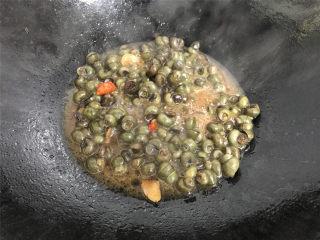 酱爆香辣螺蛳,加入小米椒炒匀后加入少许水煮开。