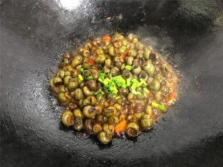 酱爆香辣螺蛳,熄火前撒入香葱,关火盛盘,上桌。