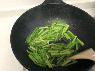 蒜苔炒鸡蛋,用余油炒蒜苔,加适量盐。
