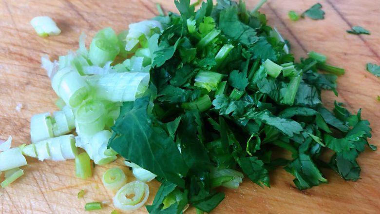 虾滑番茄豆腐蛋花羹,葱花香菜切好备用