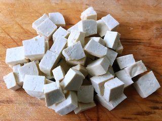 虾滑番茄豆腐蛋花羹,豆腐也切成小块