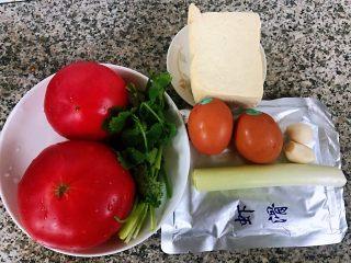 虾滑番茄豆腐蛋花羹,准备原材料虾滑、番茄、鸡蛋、豆腐、葱、香菜、蒜备用
