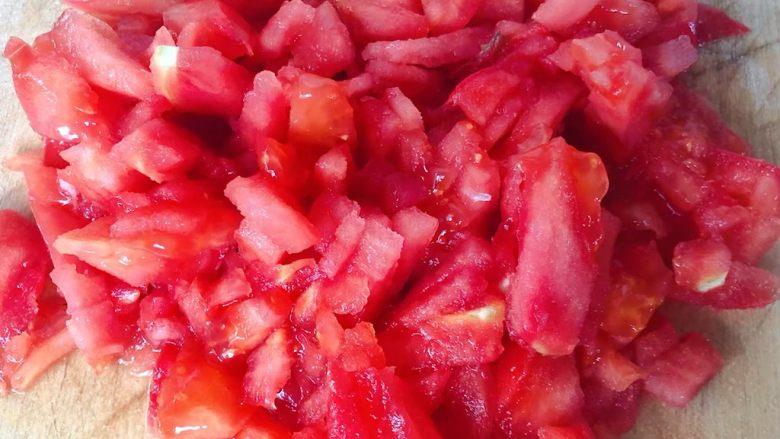 虾滑番茄豆腐蛋花羹,番茄切成小块
