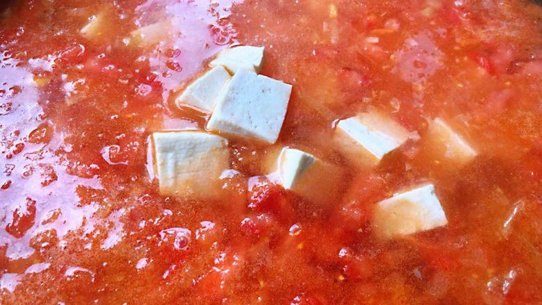虾滑番茄豆腐蛋花羹,倒入适量清水再放入豆腐块大火煮至沸腾
