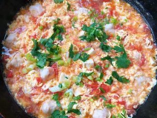 虾滑番茄豆腐蛋花羹,蛋花成形即熟放入盐和味精调味均匀最后撒上葱花和香菜提鲜即可出锅享用