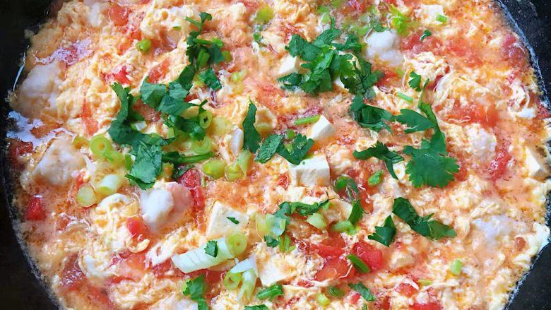 虾滑番茄豆腐蛋花羹,蛋花成形即熟放入盐和<a style='color:red;display:inline-block;' href='/shicai/ 717'>味精</a>调味均匀最后撒上葱花和香菜提鲜即可出锅享用