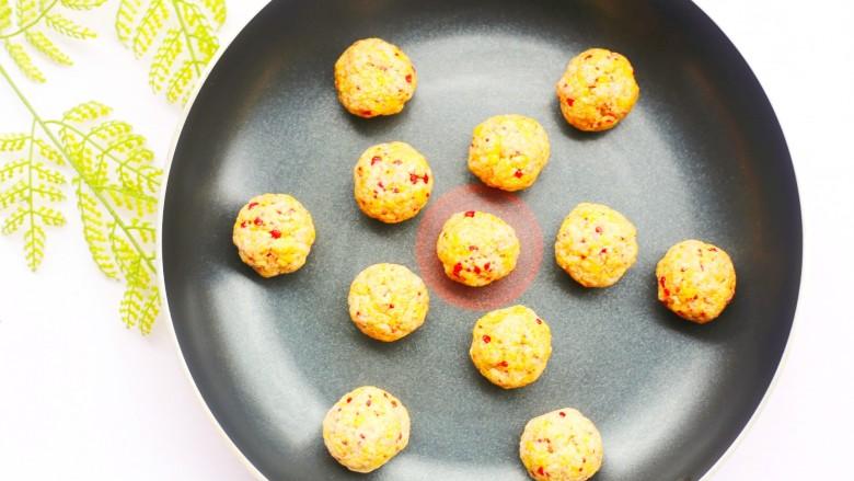 酸甜可口的草莓脆米粉球,米粉球放入平底锅小火慢煎,中途多摇动锅使米粉球受热均匀。
